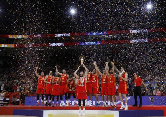 La selección de España festeja su victoria en la final de la Copa Mundial de baloncesto