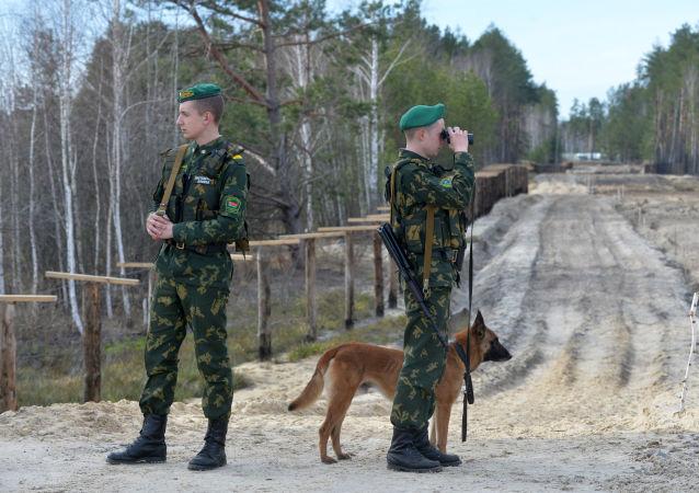 Agentes fronterizos bielorrusos en la frontera con Ucrania (archivo)