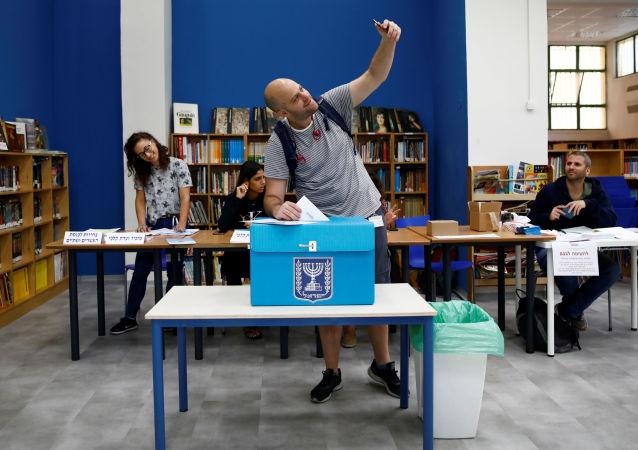 Un hombre votando en Tel Aviv, Israel