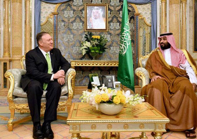 El secretario de Estado de EEUU, Mike Pompeo, y el príncipe heredero de Arabia Saudí, Mohammed bin Salman