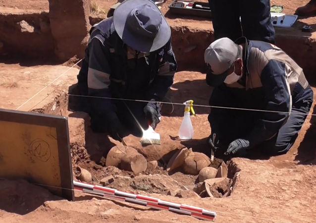 Arqueólogos bolivianos encuentran vasijas precolombinas en Tiwanaku
