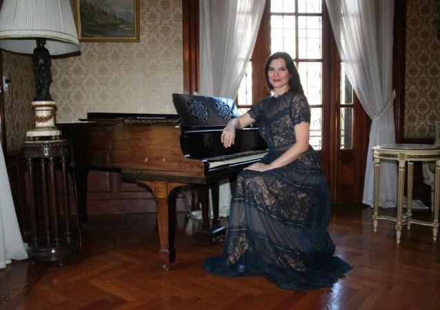 La cantanta de opera rusa Evgenia Pirshina durante su visita a la Embajada Rusa en Uruguay