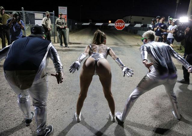 Unas personas frente a la entrada al Área 51