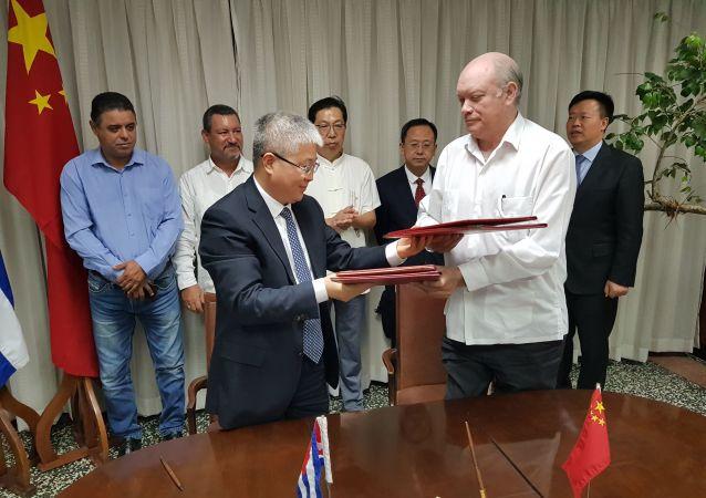 El vicepresidente de la Agencia de Cooperación Internacional para el Desarrollo de China, Zhou Liujun, y el ministro cubano del Comercio Exterior y la Inversión Extranjera, Rodrigo Malmierca Díaz