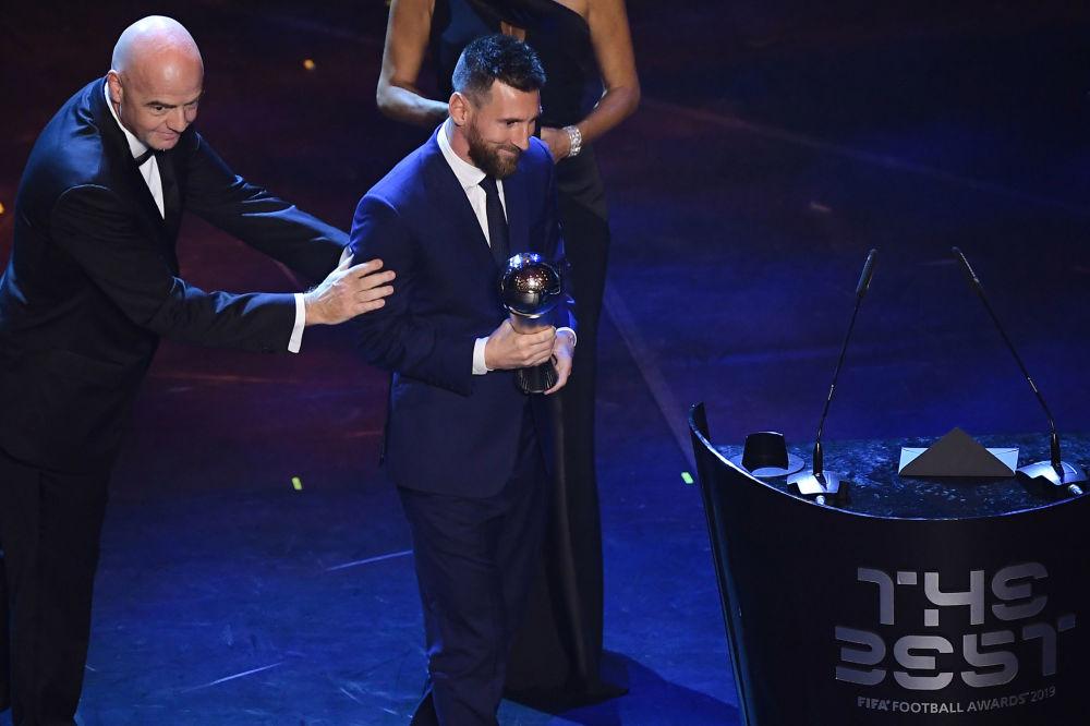 Lionel Messi con el trofeo de mejor jugador en la ceremonia de entrega de los premios FIFA, celebrada en Italia.