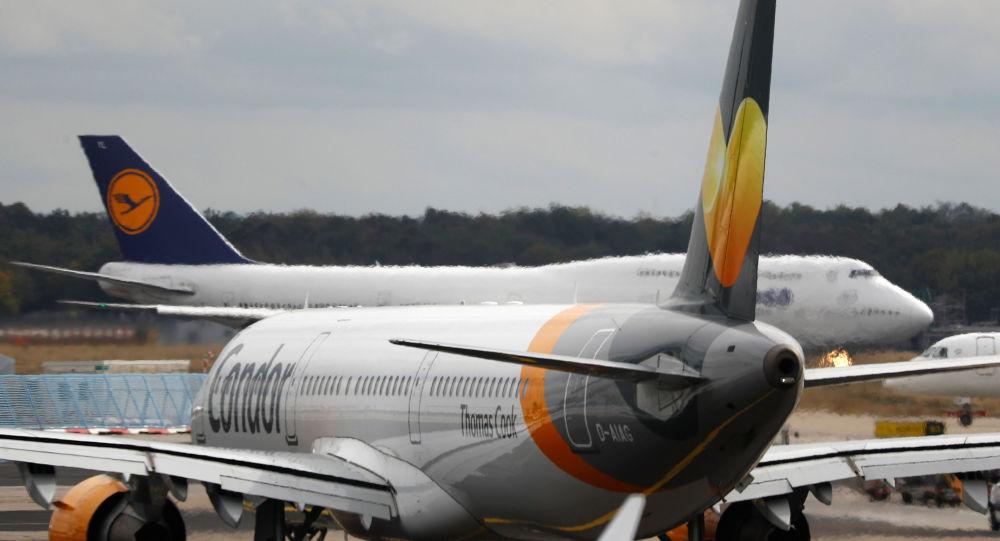 Un avión con el logo de Thomas Cook