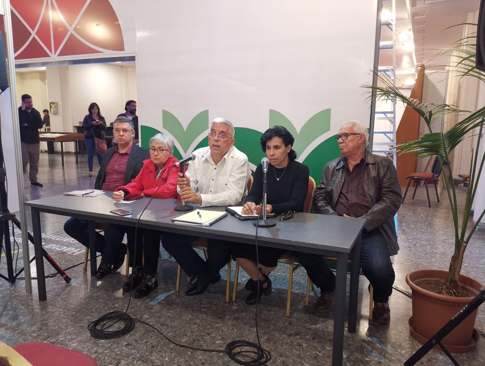 Fernando León Jacomino, viceministro cubano de Cultura ofrece una conferencia de prensa durante la primera jornada de la Feria del Libro de Uruguay, a la que Cuba asiste como país invitado de honor