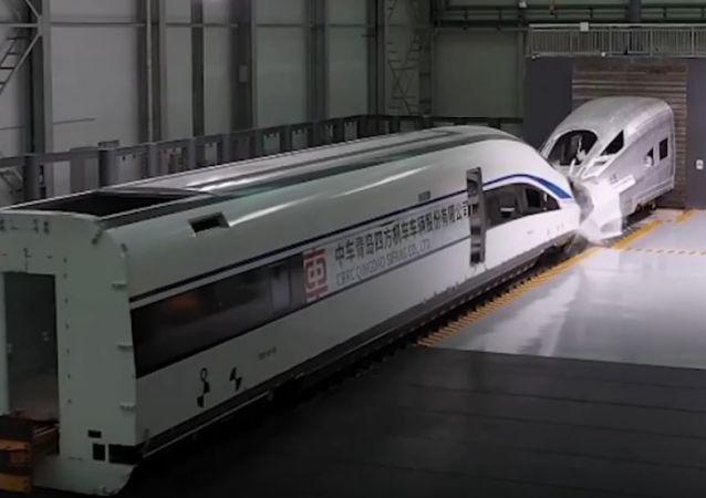 Prueba de choque de trenes en China