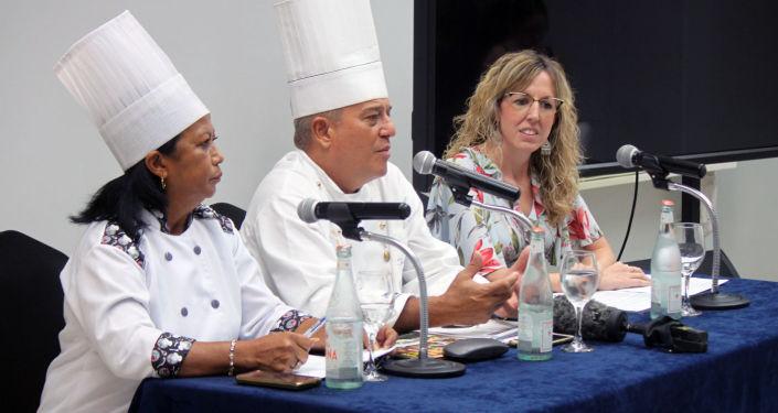 Chef Eddy Fernández (centro) y Maité Artieda, directora de Comunicación y Relaciones Públicas de Meliá Hotels (derecha)