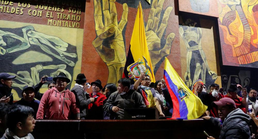 Manifestantes en la Asamblea Nacional de Ecuador