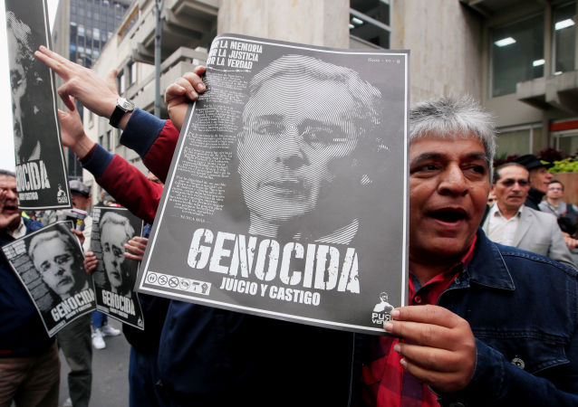 Manifestantes con retratos de Álvaro Uribe