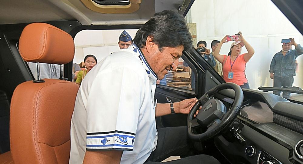 El presidente de Bolivia, Evo Morales, probando un coche eléctrico ensamblado en la ciudad Cochabamba