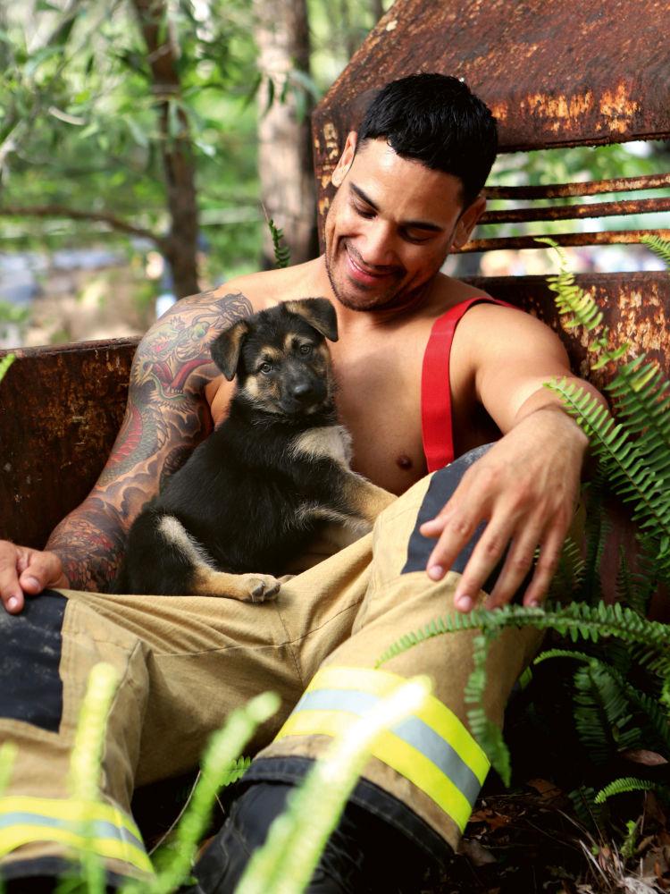 Estos bomberos dejan sus mangueras para desnudarse por una buena causa