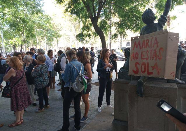 Movilización en apoyo a María, madre de la niña de 7 años reclamada por su padre