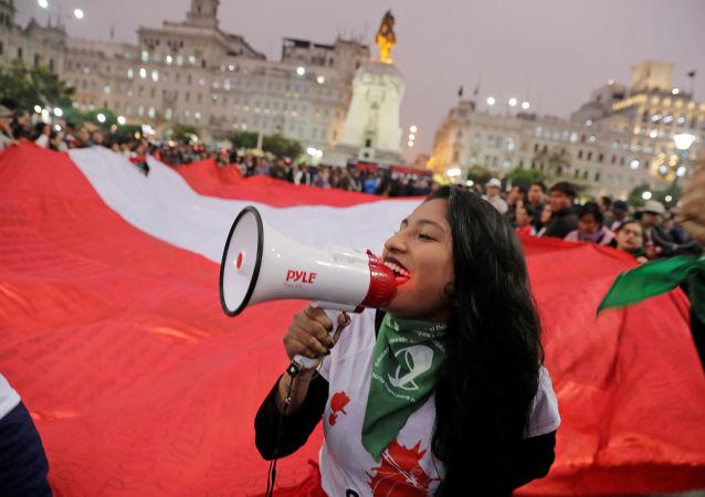 Una manifestación en apoyo de Martín Vizcarra tras la disolución del Congreso de Perú
