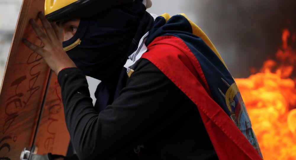 Un manifestante en Quito