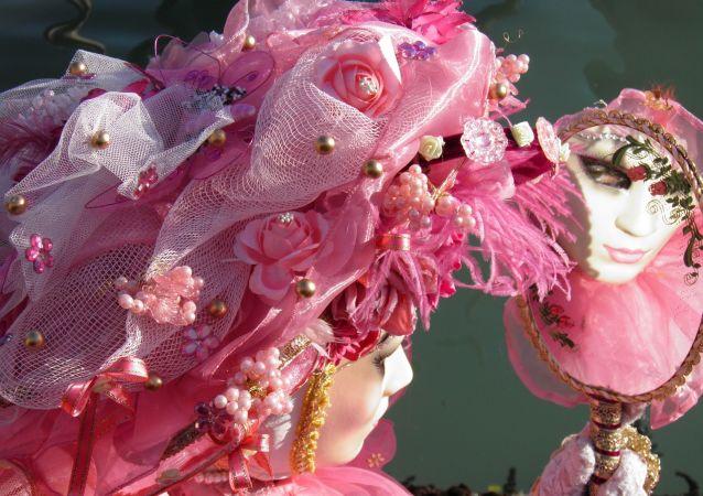 Una italiana mira en el espejo durante el carnaval de Venecia