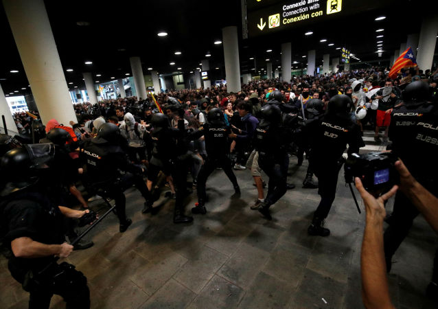Policía catalana y los manifestantes durante las protestas en el aeropuerto de Barcelona