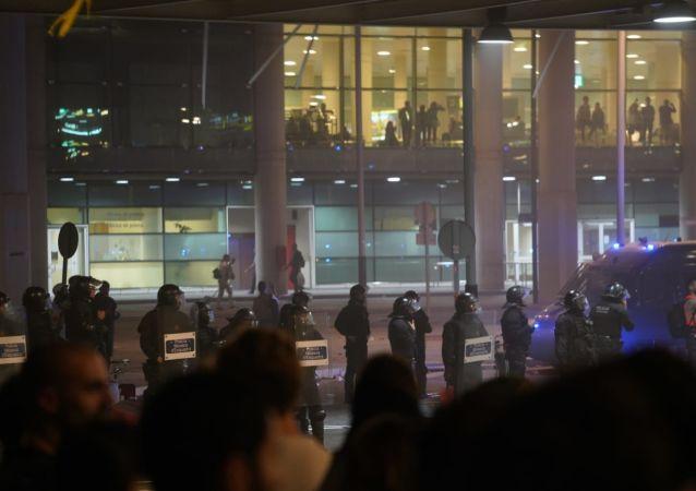 Los Mossos d'Esquadra en el Aeropuerto de El Prat, Barcelona