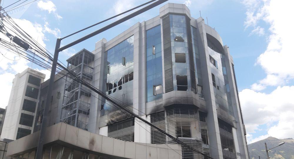 El edificio de la Contraloría General de Ecuador, en Quito, luego de que grupos de encapuchados, lo atacaron y prendieron fuego a varias de sus oficinas. Los vidrios rotos, el olor a humo, el color negruzco de sus paredes, son los vestigios del último fin de semana, en que la violencia se apoderó de Quito, en medio de las protestas por el incremento de los precios de los combustibles.