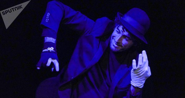 José Antonio Puchades durante el espectáculo 'Nymio: teatro digital'