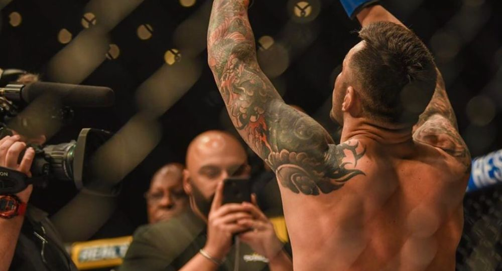 Daniel Pineda, luchador estadounidense de artes marciales mixtas, celebra una victoria