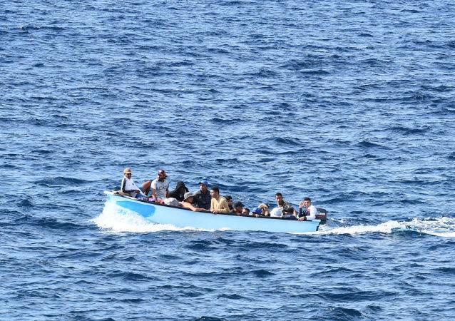 Migrantes cerca de las costas de Italia