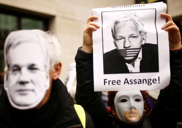 Partidarios de Assange protestan cerca de la corte de Magistrados de Westminster