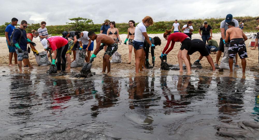 Las tareas de limpieza del petróleo en la playa de Brasil