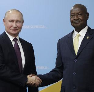 El presidente ruso, Vladímir Putin, con su homólogo ugandés, Yoweri Museveni