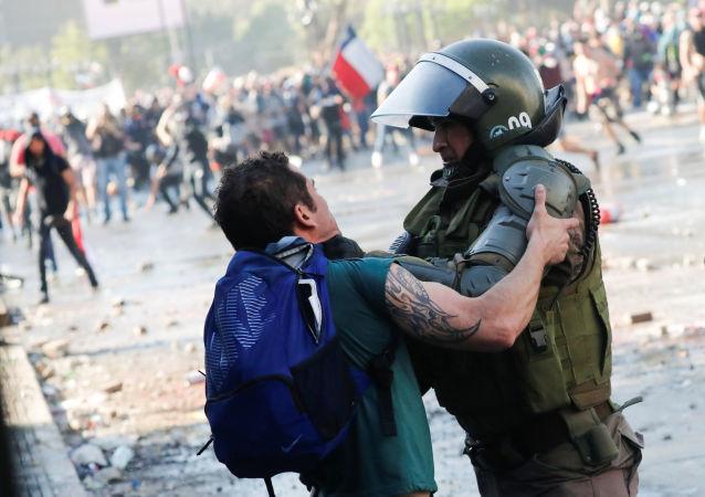 Manifestante se enfrenta a las fuerzas de seguridad de Santiago (Chile), el 24 de octubre de 2019