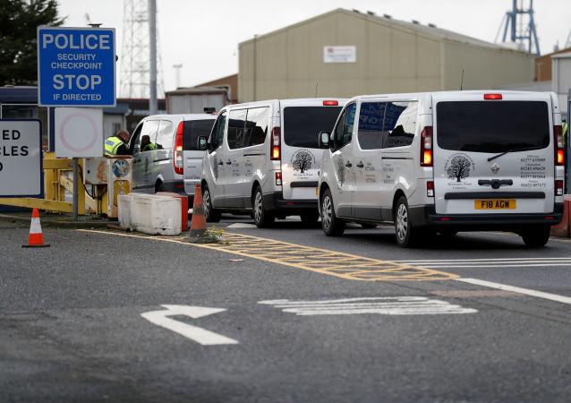 Vehículos funerales llegan al puerto donde fueron encontrados 39 cadáveres, Essex, Reino Unido