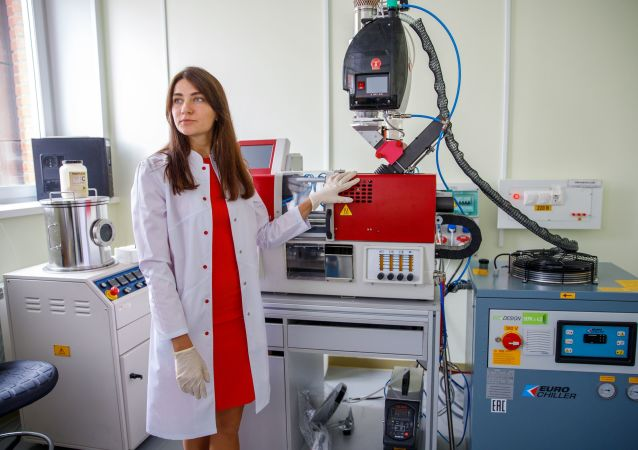 La empleada del Departamento de Biotecnología de la SFU, Anna Shumílova demuestra el dispositivo