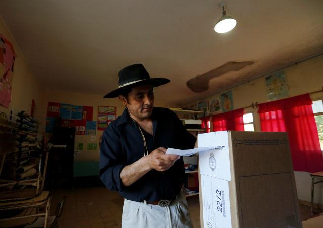 Un hombre vota en las elecciones generales en Argentina