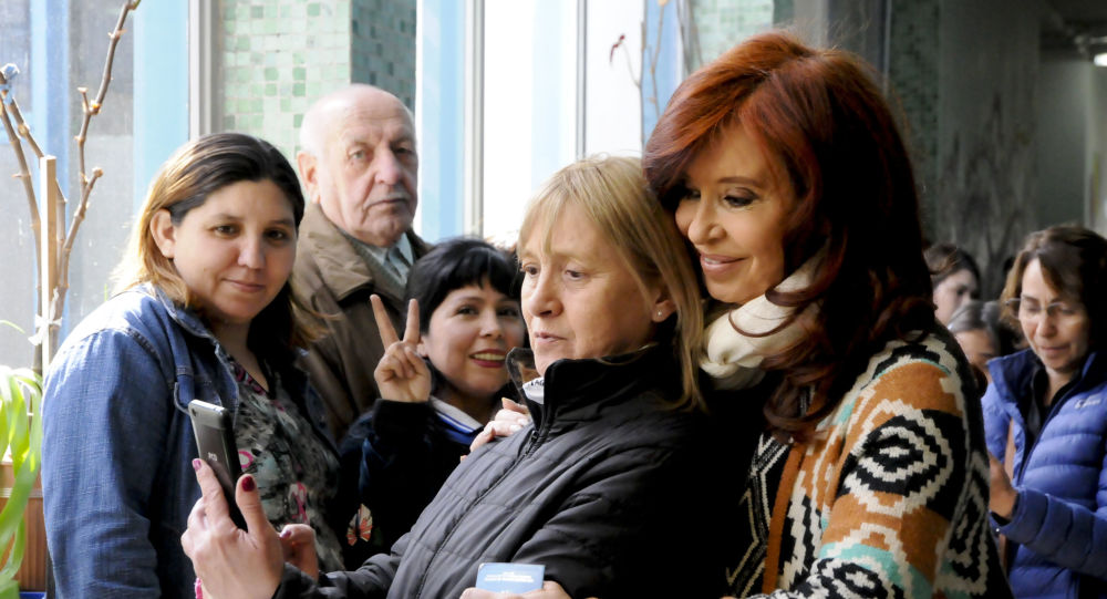 Cristina Fernández de Kirchner posa para una foto con una votante