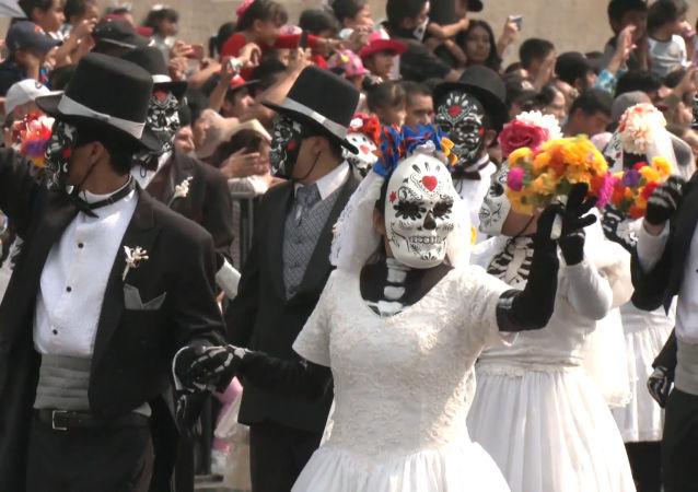 Esqueletos y demonios invaden las calles de Ciudad de México