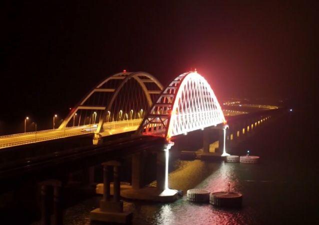 El puente de Crimea se ilumina con cientos de luces