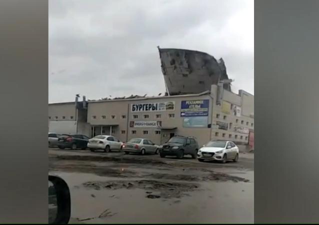 Techo volador: ráfagas de viento arrancan la azotea de un centro comercial