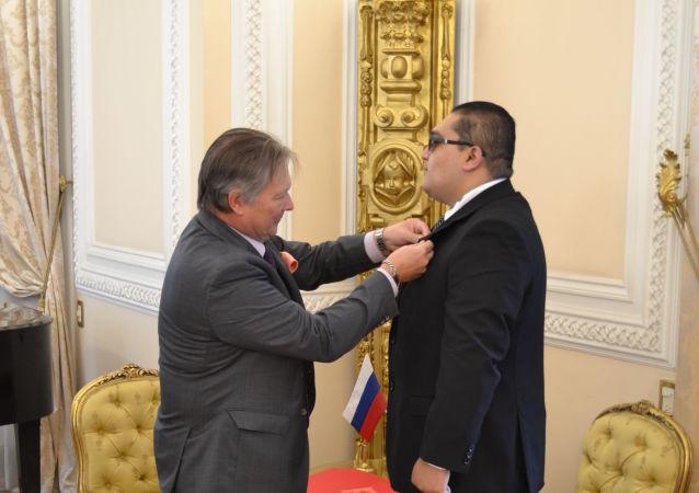 El Embajador de la Federación de Rusia en México, Víctor Coronelli, y el mexicano condecorado por el Ministerio de Defensa de Rusia, Eduardo Cruz