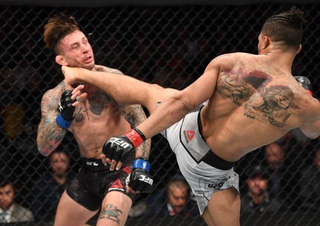 El luchador de MMA Kevin Lee noquea a su oponente Gregor Gillespie con una patada en la cabeza