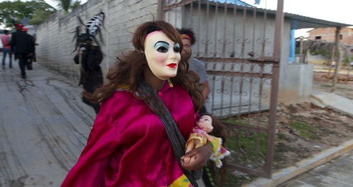 La Minga camina en la danza de los diablos durante el Día de Muertos