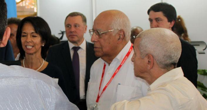 Ricardo Cabrisas, vicepresidente del Consejo de Ministros de Cuba (segundo de derecha a izquierda)