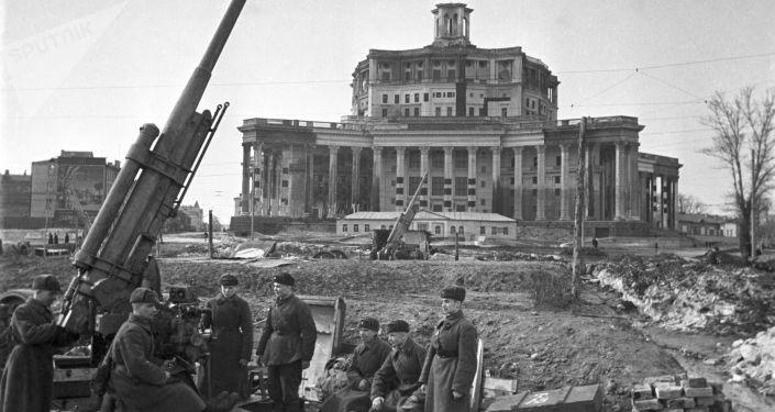 Cañones de la defensa antiaérea con el Teatro del Ejército Soviético camuflado