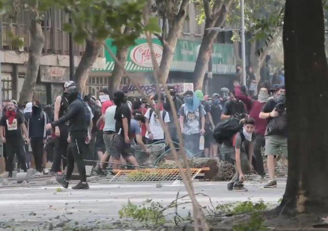 Usan gases lacrimógenos y cañones de agua contra los manifestantes en Chile