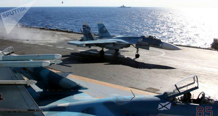 Un Su-33 en el portaviones Almirante Kuznetsov