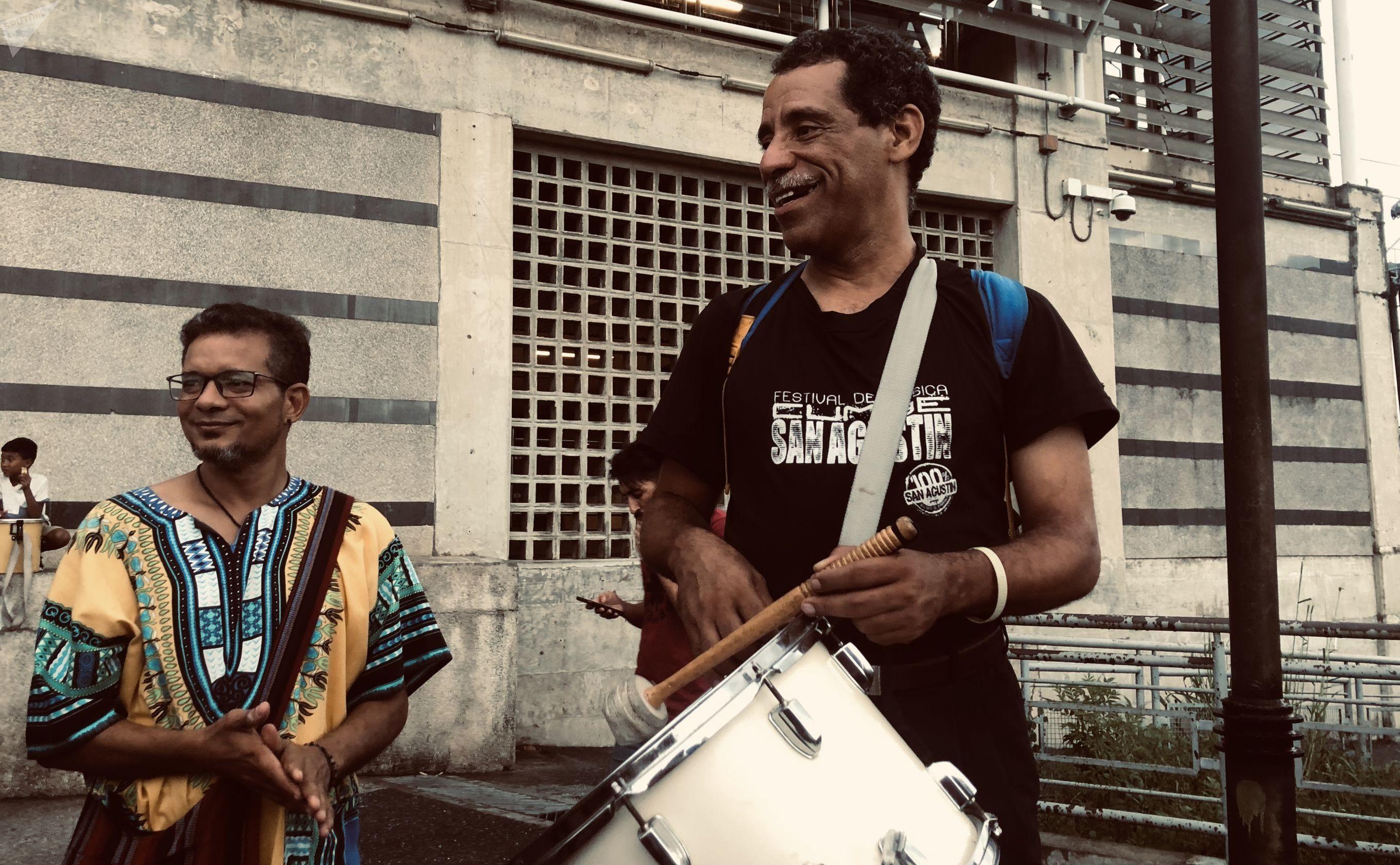 Músico con tambor en barrio San Agustín de Caracas