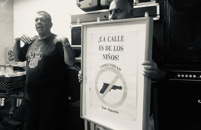 Emilio Mujica sostiene cartel en barrio San Agustín de Caracas
