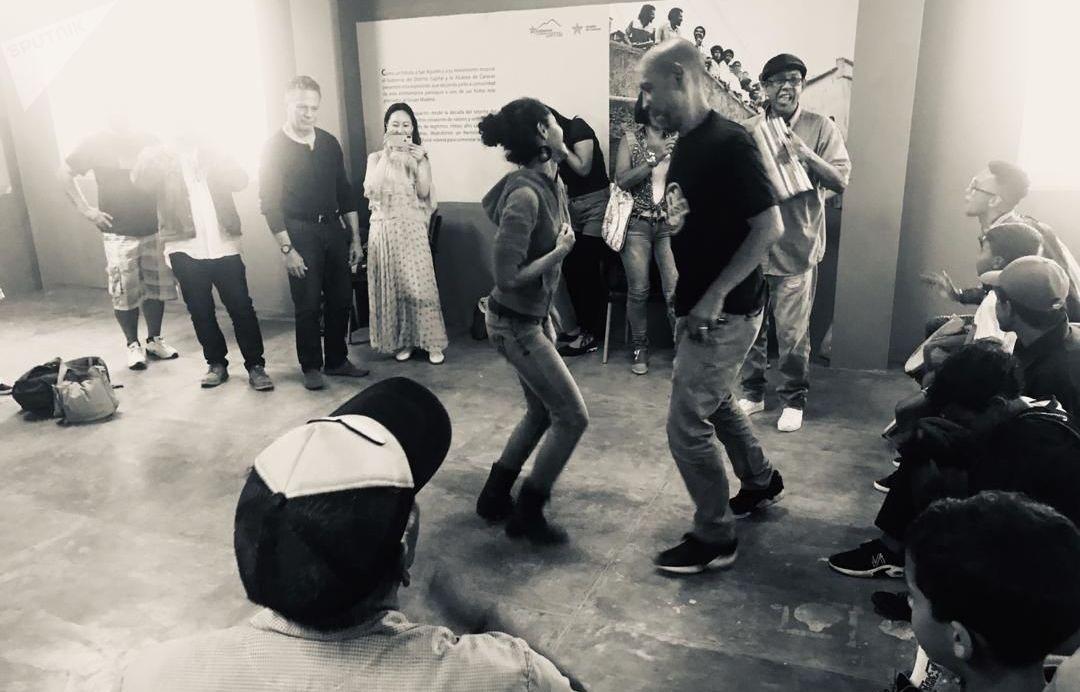 Personas bailando en el barrio San Agustín, Caracas