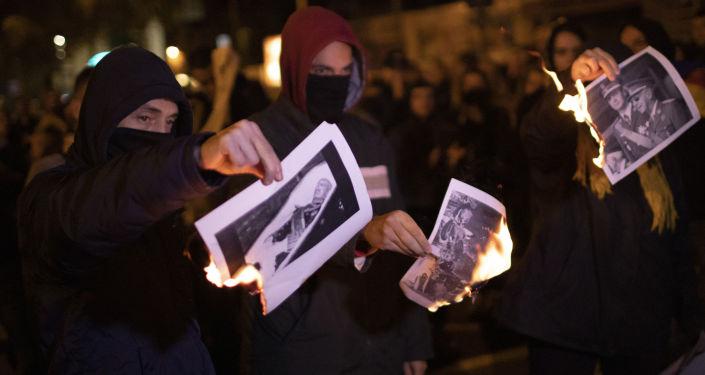 La gente quema las fotos de Francisco Franco
