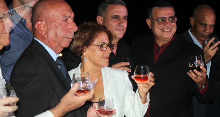 Maestros del ron cubano brindan con el extra añejo 1519